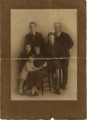 Narcissism or high self-esteem - photo of Edwardian family