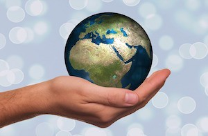 Your 2 minutes could help end poverty in Africa - photo of a hand holding the globe